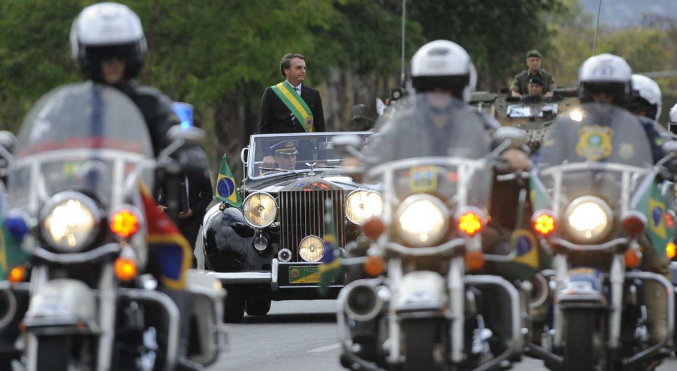 Bolsonaro chegou à tribuna de honra, montada na Esplanada dos Ministérios, no Rolls Royce presidencial