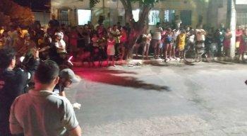 Policias e populares estavam no local na hora da perícia