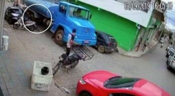 Veículo vinha trafegando na contramão e passa por cima das rodas da bicicleta
