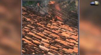 O fogo atingiu o telhado da casa