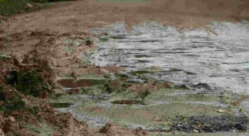 Lamas e buracos tomam conta da Estrada do Sossego, em Itamaracá.
