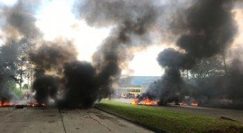 Pneus foram queimados durante o protesto