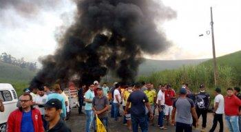 O corpo de Bombeiros foi acionado para apagar as chamas e a via já foi liberada.