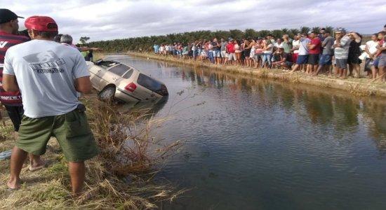 Carro caiu dentro de um canal de irrigação em Juazeiro, na Bahia