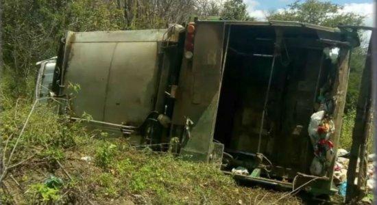 Homem morre após capotamento de caminhão de lixo no Agreste