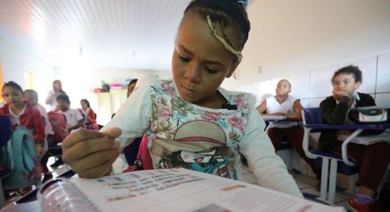 Menina salvou os livros e ganhou novas oportunidades na vida
