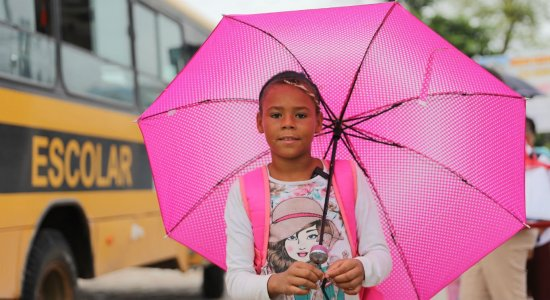 Veja como está a menina que salvou seus livros e ganhou uma nova vida