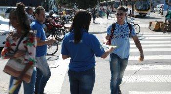 Procon Recife realiza ação de conscientização aos consumidores na Praça do Derby