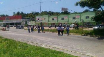 Estudantes invadem TI pelópidas pelo portão de saída dos ônibus