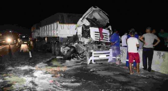 Colisão entre dois caminhões e uma carreta deixa homem morto na BR-101