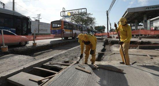 Motoristas enfrentam congestionamento na Avenida Caxangá em obras