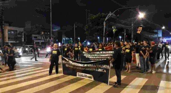 Policiais Civis realizam protesto pelas ruas do Centro do Recife