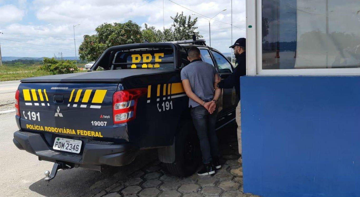 Motorista de um dos carros foi detido e levado para a PRF
