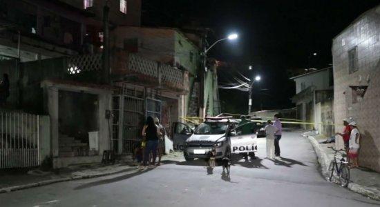 Adolescente é morto a tiros na calçada de casa, no Cabo