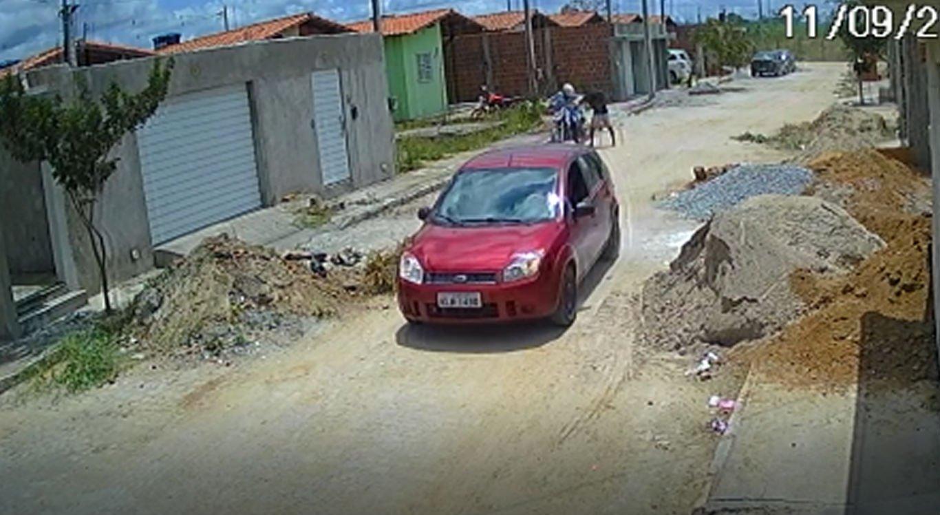 Suspeito chega a retirar criança da motocicleta