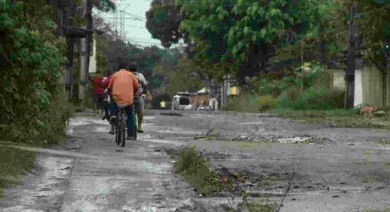 Moradores esperam soluções para rua cheia de lama em Aldeia