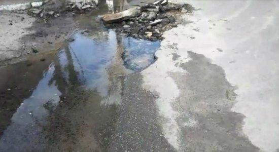 Moradores do Cordeiro denunciam vazamento em cano da Compesa