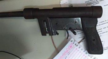 Além da arma, a polícia encontrou munições de calibre 380