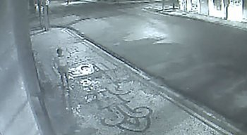Câmera de segurança mostra quando a mulher tenta escapar do bandido.