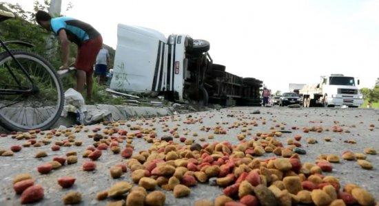 Caminhão tomba e carga de ração para cachorro é saqueada no Ibura