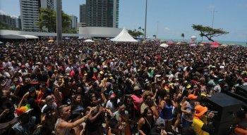 A expectativa da organização é que cerca de 500 mil pessoas estão presentes na Parada da Diversidade