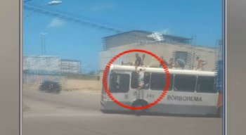 """O jovem estava """"surfando"""" no teto do ônibus junto com outros rapazes"""