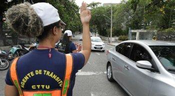 Agentes da CTTU orientam os motoristas no local