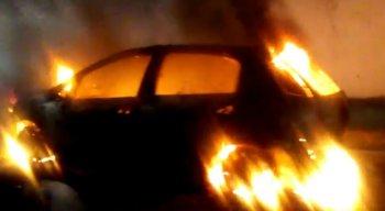 Mesmo com o risco de explosão, algumas crianças ficam perto do carro em chamas