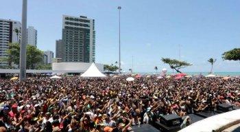 Milhares de pessoas ocuparam a orla de Boa Viagem, na Zona Sul do Recife