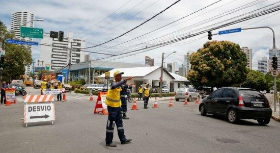 Os condutores que vêm do bairro do Parnamirim, poderão acessar as ruas Tito Rosa e do Futuro pra chegar à Rua Amélia.