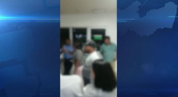 Em vídeos gravados por celular, os denunciantes reclamam do atraso no horário de visitas