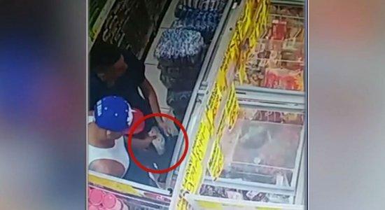 Dupla é filmada furtando picanha em mercadinho de Olinda