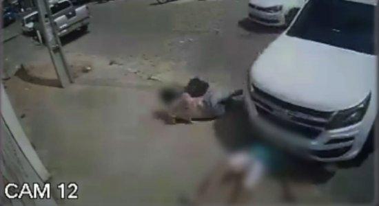 As imagens mostram o momento exato do atropelamento. O homem ficou completamente embaixo do veículo, e não resistiu