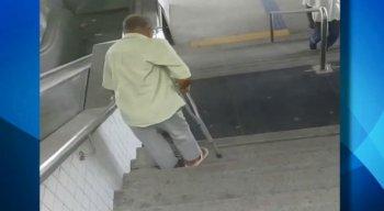 O idoso desce de maneira lente para não cair da escada