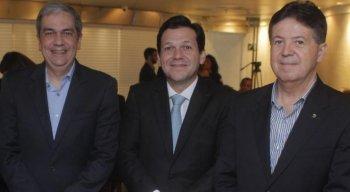 Alexandre Loback (E), diretor do Hospital Esperança, que integra a Rede D'Or São Luiz; o prefeito Geraldo Julio; e Jaime Queiroz, vice-presidente do Grupo JCPM, na confraternização com os parceiros do Prêmio ISS