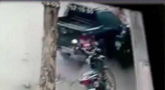 Menina de 17 anos pega carro de amigo e atropela crianças em calçada