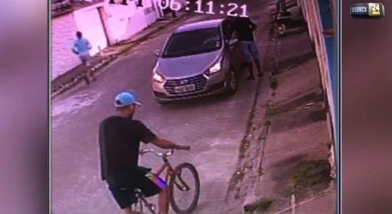 Vídeo: dupla armada rouba carro na Zona Oeste do Recife