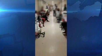 Nas imagens é possível ver muitos pacientes sendo atendidos nos corredores do local