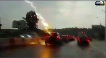 Vídeo capta momento em que o carro é atingido