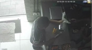 Além do dinheiro do caixa, o assaltante levou o celular da atendente