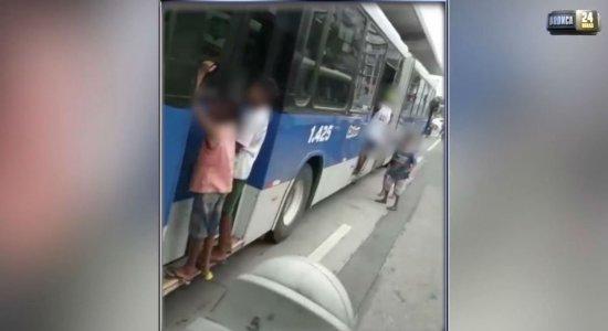 Perigo: crianças são flagradas penduradas em BRT na Av. Cruz Cabugá