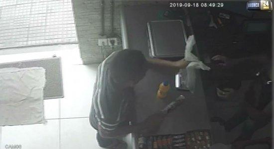 Homem assalta padaria e ainda leva lanche antes de ir embora