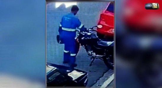 Homem com farda de empresa de energia é filmado furtando motocicleta