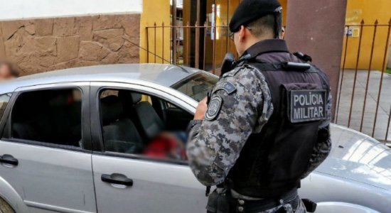 IML de Caruaru libera corpos de pai e filho executados dentro de carro