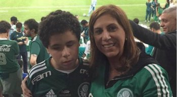 Mãe e filho acompanham os jogos do Palmeiras.