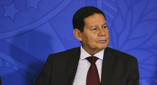 Mourão afirma que Exército do Recife vai reforçar ações em praias atingidas por óleo no Nordeste