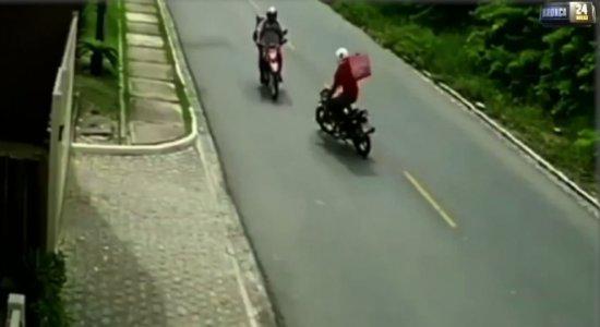 Vídeo: Motociclista perde o controle e bate de frente em outra moto