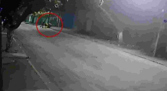 Câmeras de segurança registram assalto em igreja evangélica