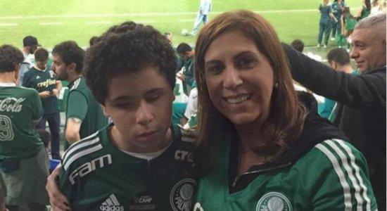 Mãe narra jogos para filho cego e vence prêmio 'Torcedor do Ano' da Fifa