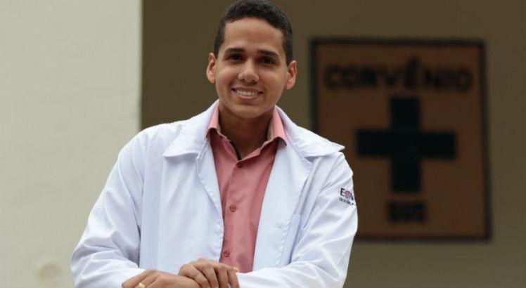 Relembre história do médico que venceu a pobreza e hoje é cirurgião